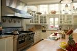 Светлая кухня из дерева с большой плитой