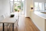 Светлые кухня и столовая