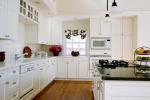 Светлая кухня в строгом стиле