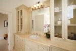 Мраморная ванная комната в пастельных тонах