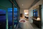 Ванная комната с огромными окнами