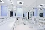 Белая ванная в стиле хай-тек с большими зеркалами