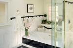 Светлая ванная в черно-белых тонах